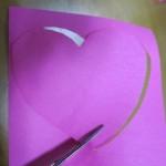 Шаг 3 - вырезаем сердце другого цвета